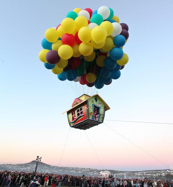 balloon-house-crow_2403006k.jpg
