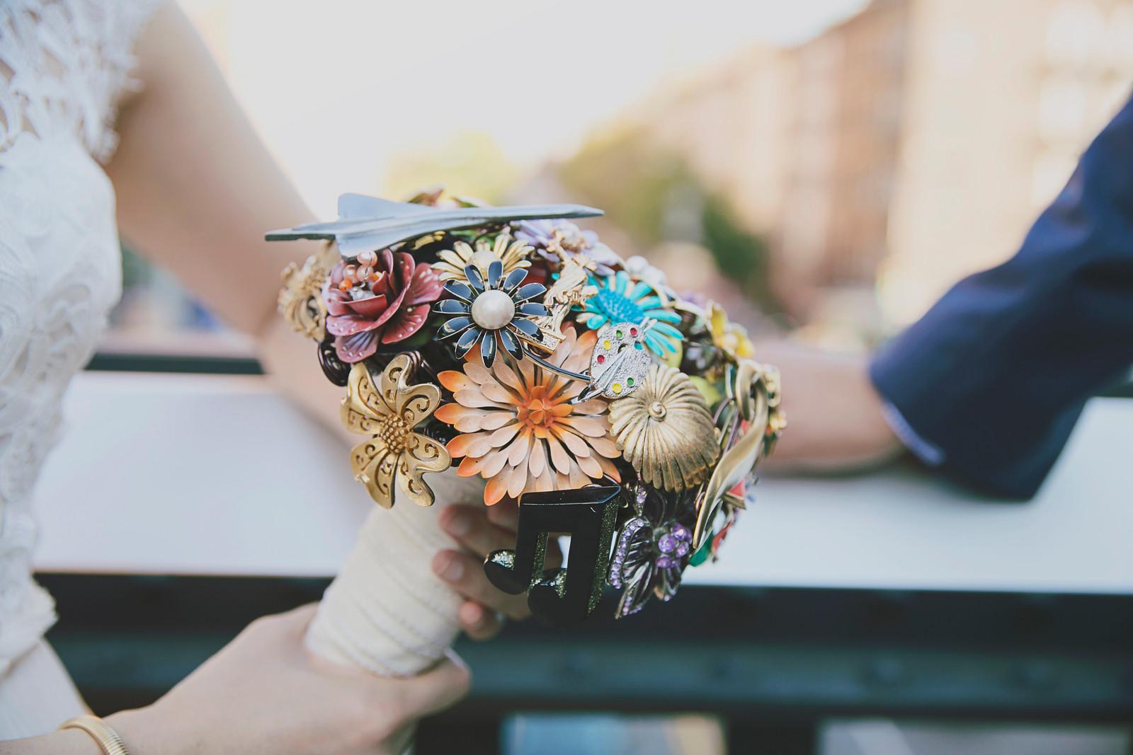 wedding-bouquet-vintage-brooches-2.jpg