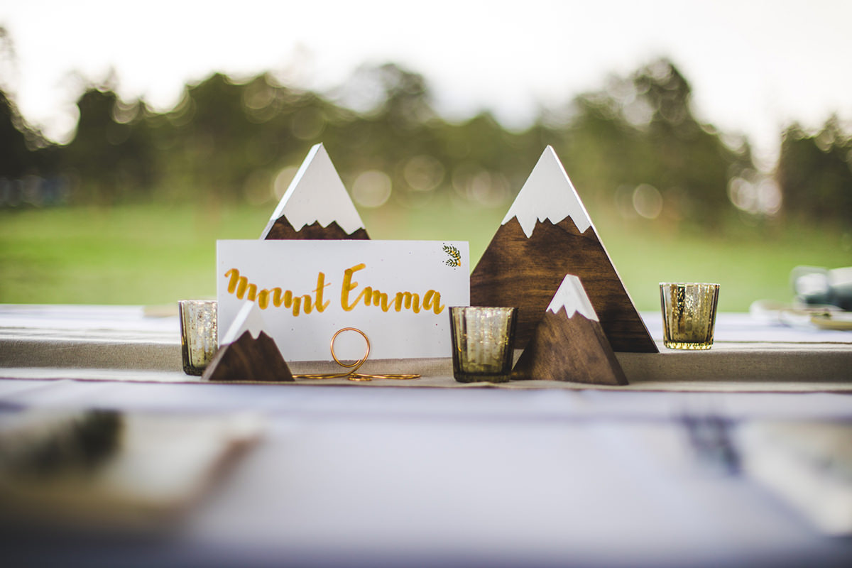 Table decorations with mountain names and wooden snow capped mountains