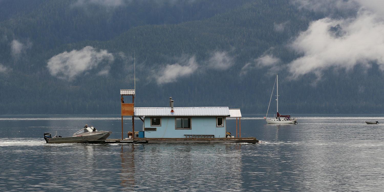 Pushing the floathouse back to port.