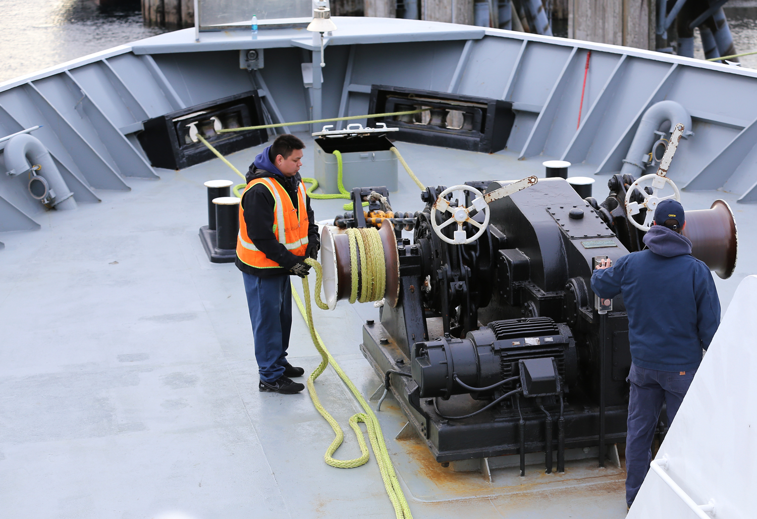 The hawser is given a few wraps around the windlass, and the windlass is turned on to snug the Taku to the dock.