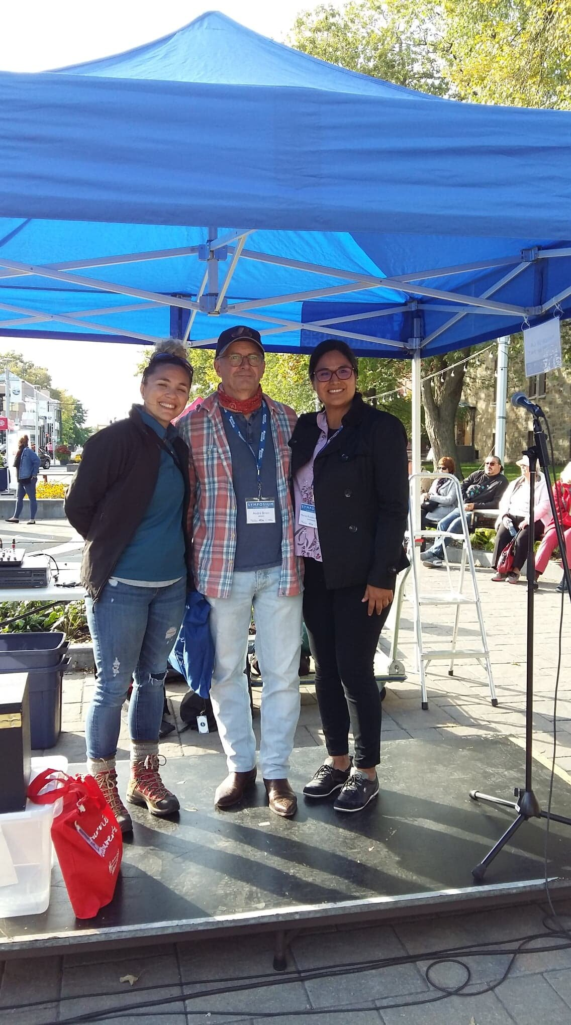 Symposium RdP/PAT IV Prix de la commissaire en compagnie de la commissaire  Mariza Gonzales Argonza  (à droite) et de l'agente culturel Julie Jacob à gauche.