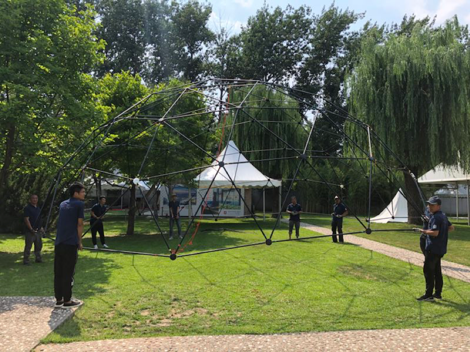 The temporary dome theater took two days to be set up by two engineers and six helpers.