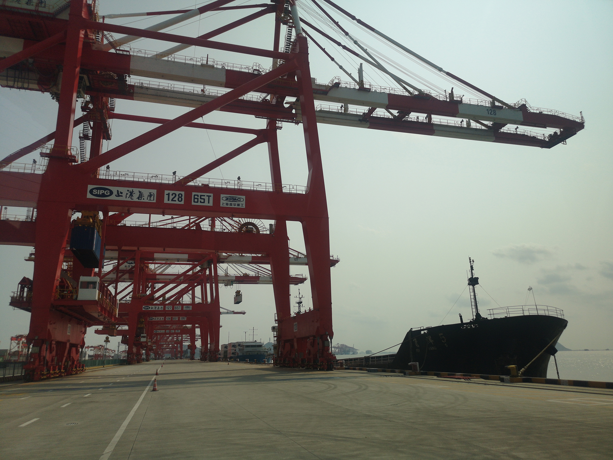 The quay cranes use a double-trolley structure, with the main trolley in remote control and the portal trolley in full automation.