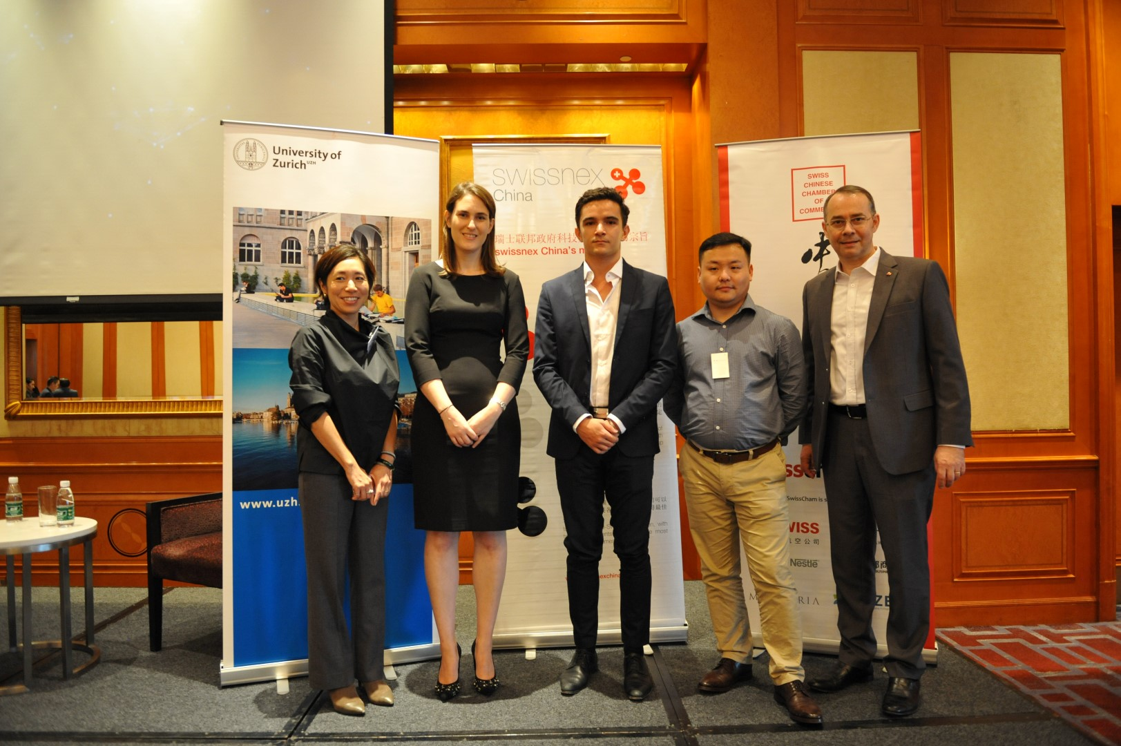 Makiko Aikawa & Gianna Abegg (Co-Presidents UZH Alumni Shanghai), Quentin Reyes, Dr. Wei Cheng and Felix Moesner