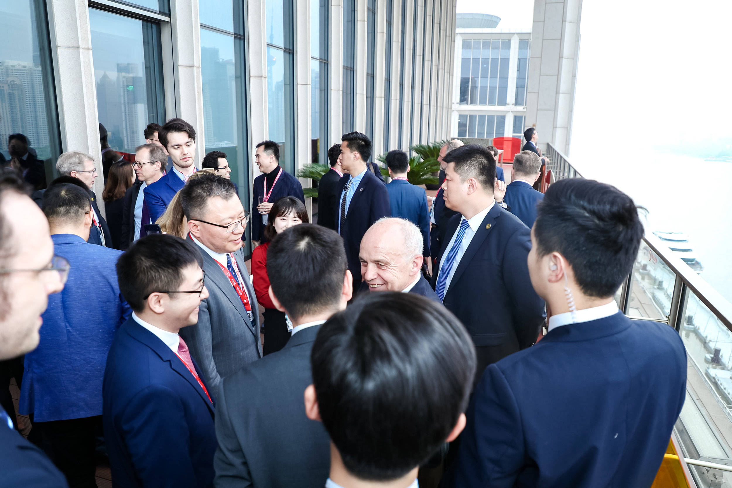 The Swiss and Chinese delegations gathered for the networking cocktail reception at the Bund .