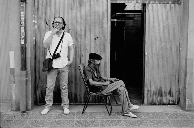 Tomás Badía en su calle, con un vecino.© Daniel Belenguer