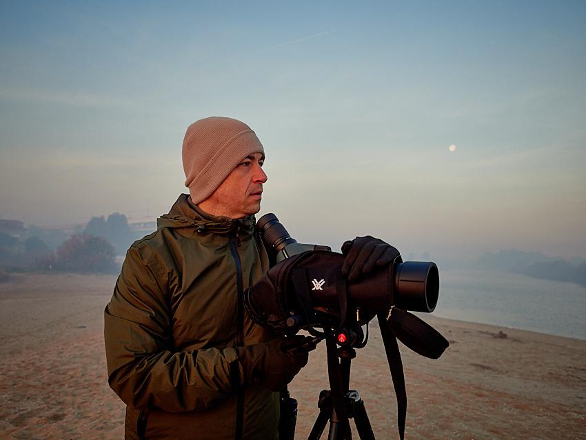 © Daniel Belenguer, Jose atento a la avifauna que se mueve en la zona.