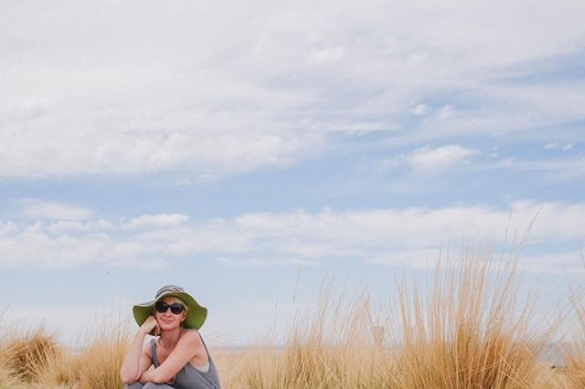 Retrato de una viajera empedernida 🧳  @unagujerodeluz . . #landscape #portraitphotography #friend #love #patagonia #instagood #retrato #wild #puntatombo #photopgraphy #woman #ontheroad #travel #amarillo