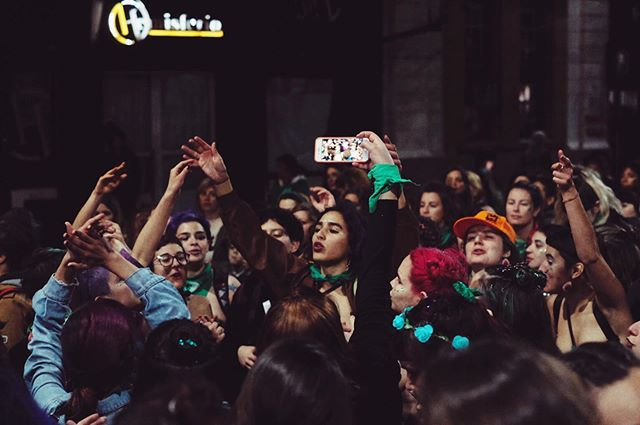 Nuestras sirenas revolucionarias 💪🏽💚 . . #somosplurinacional #sevaacaer #photography #street #argentina #girlpower