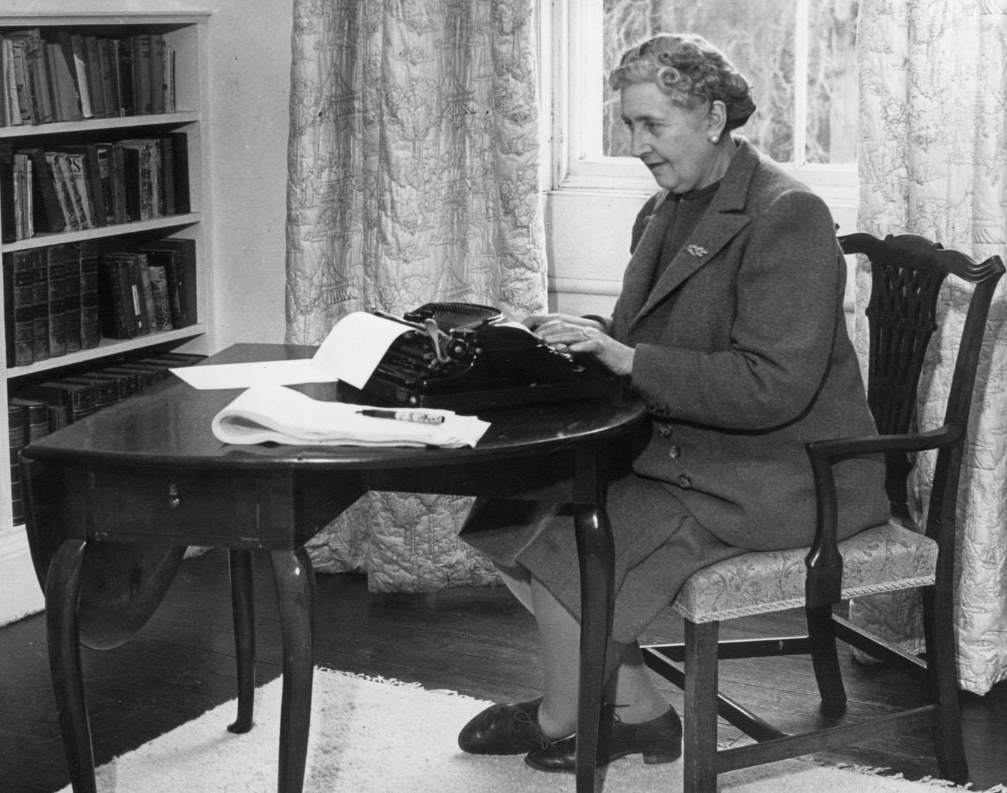 Agatha Christie (via    Paraninfo   )