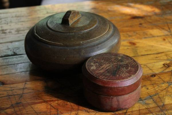both style were made in vast quantities the larger was made a little later and has a locking lid.