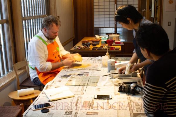 Madoka teaches us how to use urushi lacquer.