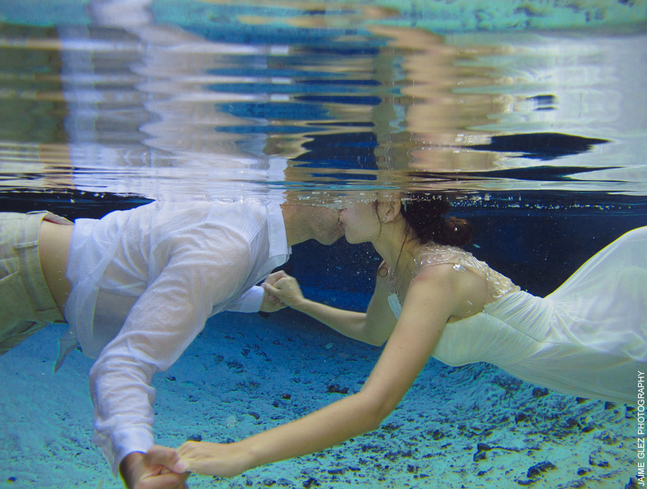 Underwater kiss in cenote Tulum.