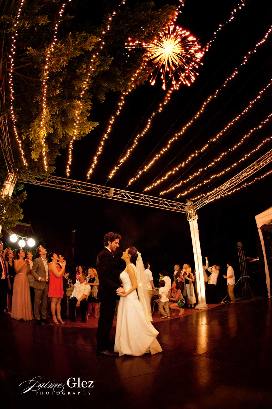 Fireworks during the newlyweds' first dance is unique! Felicidades!