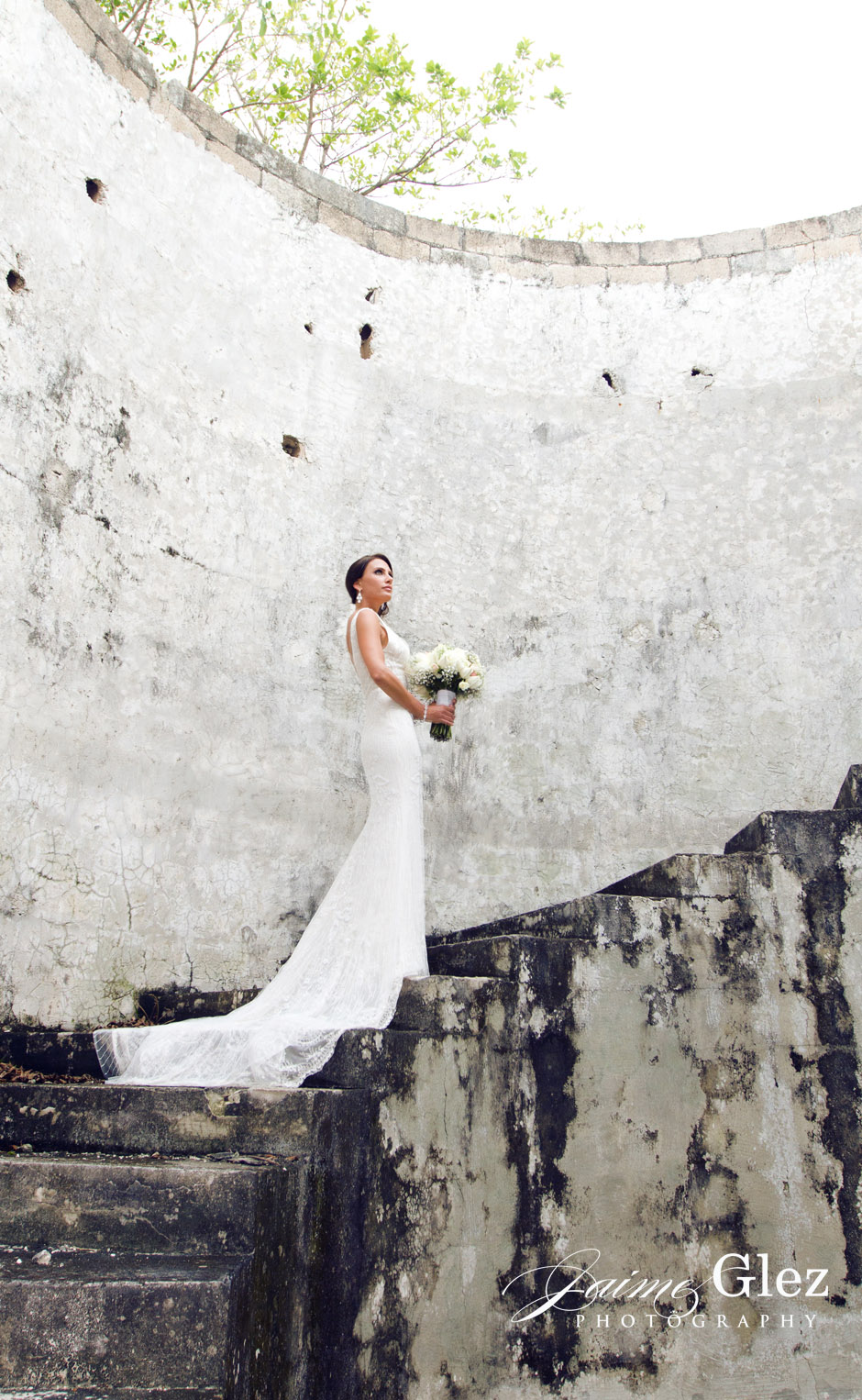 Ancient ruins and a gorgeous bride made an excellent photo!