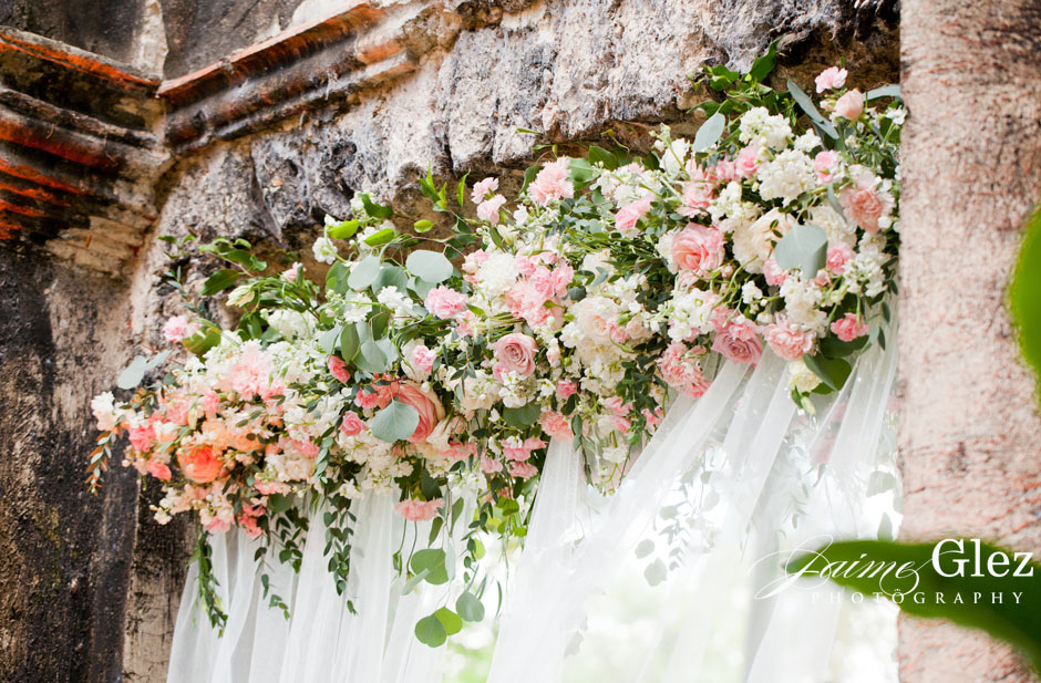 Bellos diseños florales en rosas alrededor de la recepción de boda.
