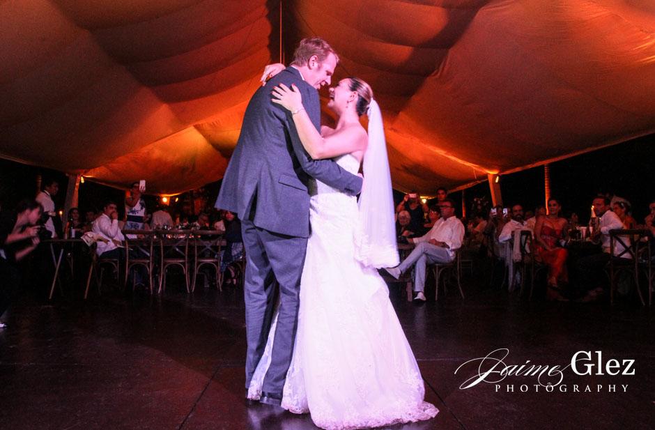 Los recién casados durante su primer baile.