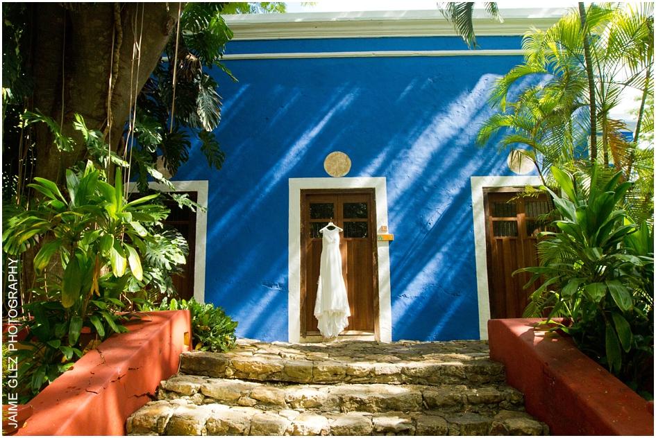 Vestido de novia posando en una de las habitaciones de Hacienda San Jose Cholul.