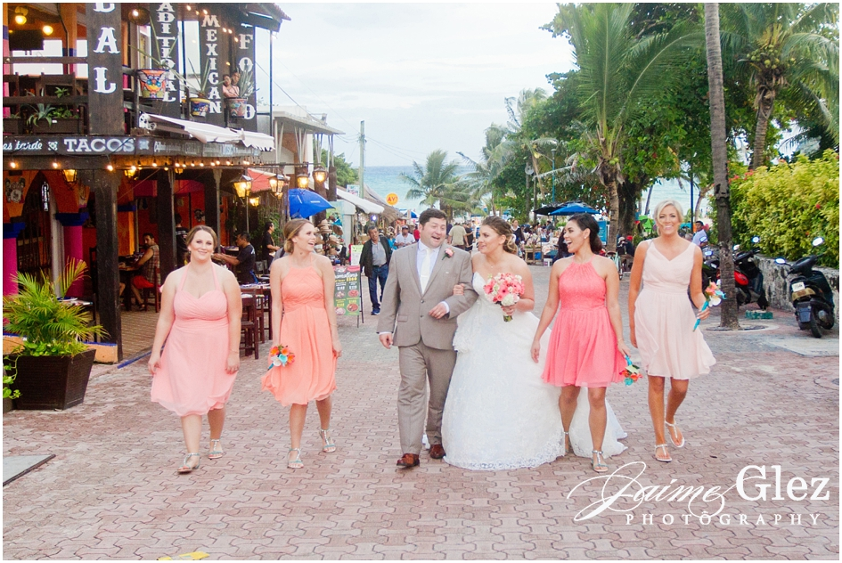Newlyweds walking through 5th avenue of Playa del Carmen with bridesmaids.
