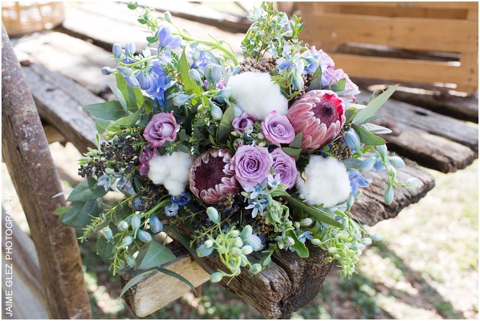 Exótico y hermoso ramo de novia elaborado con rosas y proteas.