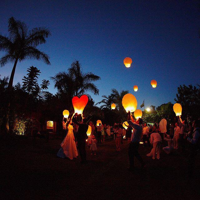 Make a wish! ✨ Photography @jaimeglezphotography Wedding Planner @sixsens.weddingdestination   @haciendadzibikak  #jaimeglezphotography #yucatan  #globosdecantoya #lightballoons #haciendadzibikak #yucatanwedding #yucatanweddings