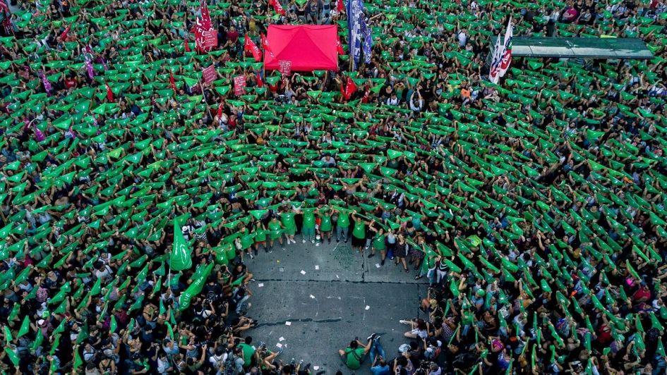 """Fra en demonstrasjon for selvbestemt abort i Argentina. De grønne trekantene symboliserer """"aborto legal"""" eller lovlig abort.  Fotokilde"""