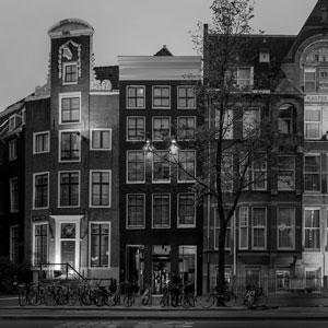 INK HOTEL AMSTERDAM - M GALLERY  BY SOFITEL   In ontwikkeling   Ink hotel, een label van Accor Hotels, is een bohemian lifestyle hotel in het hartje van Amsterdam. Aan C & C is gevraagd een ontwerp te maken voor een zaal waarin de functies bibliotheek, vergaderzaal en flexibel werken gecombineerd dienen te worden. Ook dient de zaal flexibel inzetbaar te zijn. Uiteraard sluit de look & feel aan bij het lifestyle concept van Ink hotel.