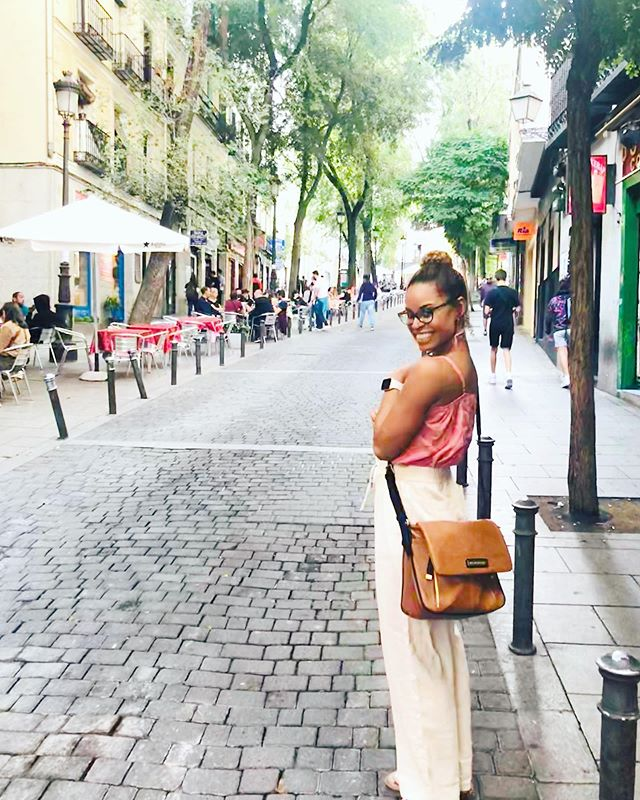 #kmbtravels2019 ✈️💃🏽👜 This cute little Luna bag has been a constant companion while I've been in Madrid. I love having something fairly lightweight to carry my far too heavy camera in 😂. Also it matches all my outfits which is a winnnnn. It's also like the 8th KMB bag I've bought over the course of my career but it's fine. I'm not obsessed.  #kellymoorebag