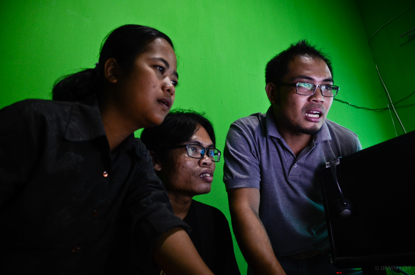 Journalists at RuaiTV, a community television station in Pontianak, receive news sent in by SMS, follow up on promising leads, and send the news out later by text message.