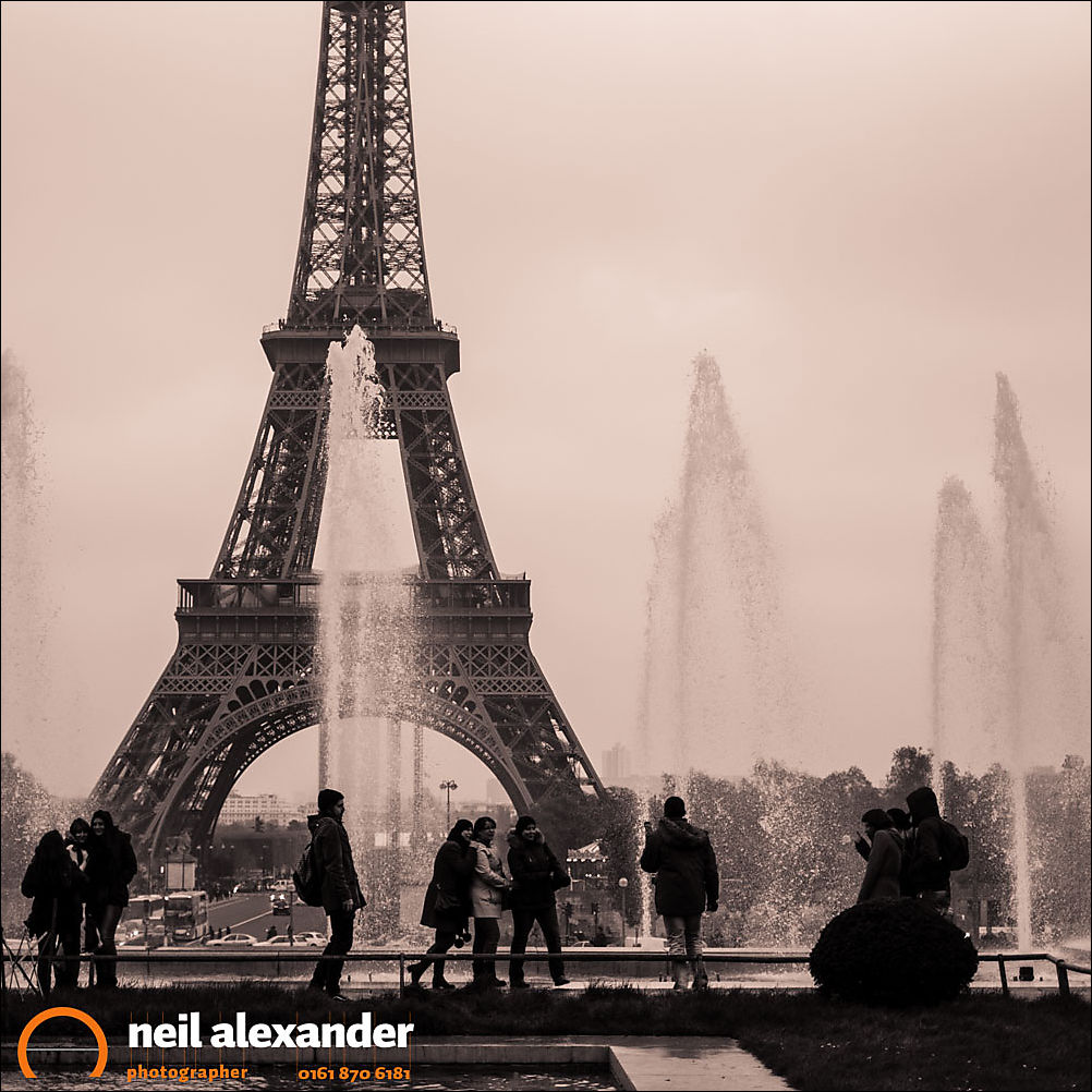 Tourists in front of the Eiffel Tower Neil_Alexander 09.jpg