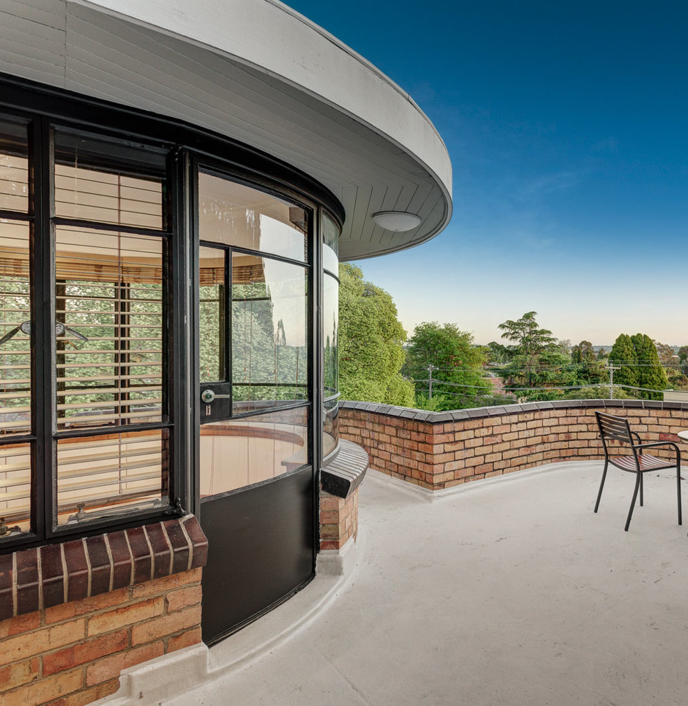 Even the steel door, and its matching glazing, is curved in this house! And of course, the terrace has a curved balustrade to match.