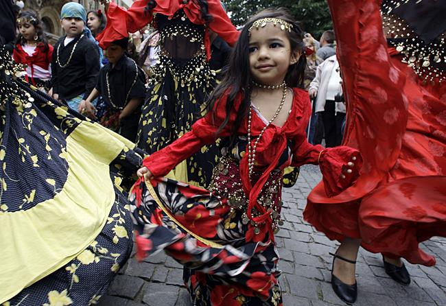 Spettacolo di danza       tradizionale in   spazio pubblico:  Proposto
