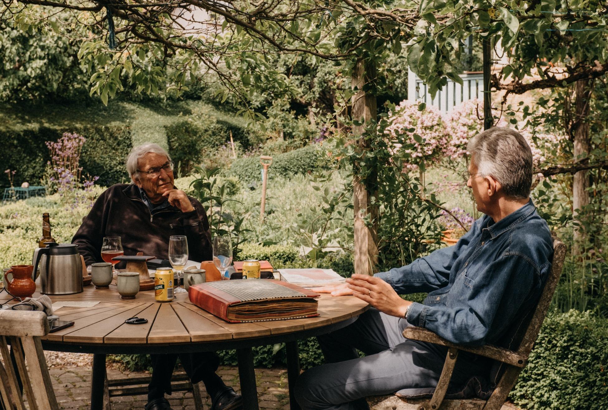 Intensivt samtal mellan forskaren Stig och Erling Kjaers sonson Torbjörn i Snekkersten. Juni, 2019.