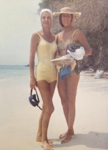 Mi abuela Beatriz Marulanda y su hermana Clara en las playas del Parque Tayrona en Colombia en 1960.