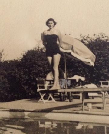 Mi abuela María Francisca Rivas en 1954 posando en su piscina en Brentwood, California