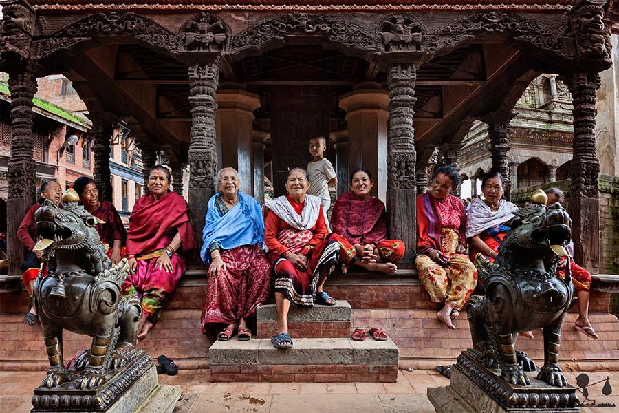 Anziane signore per le strade di Kathmandu