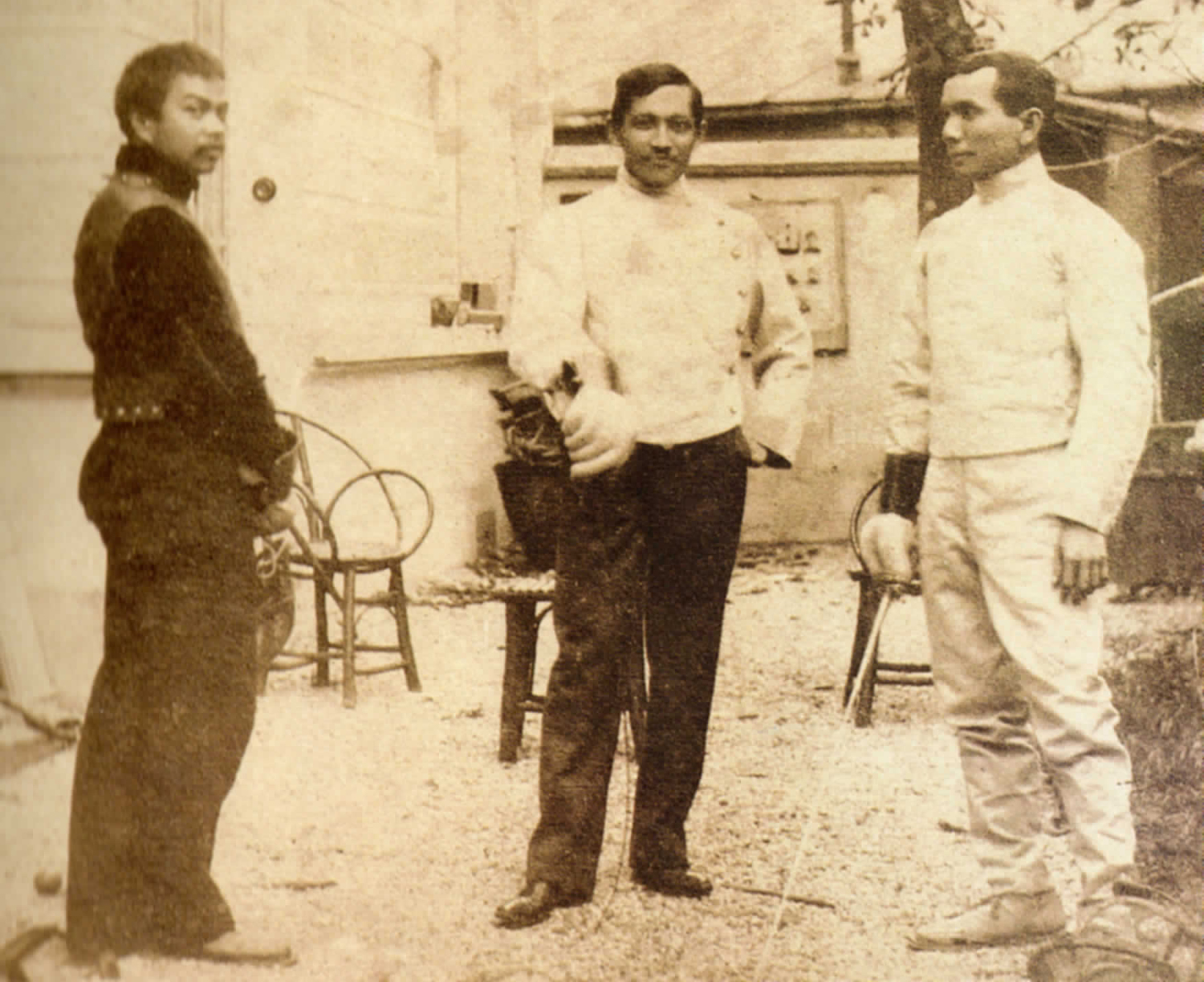 While studying in Europe, Jose Rizal (center) was passionateabout fencing, either practicing with fellow Filipinos or attendingmatches with his fraternity brothers, the Swabians. With Juan Luna(left) and Valentin Ventura.
