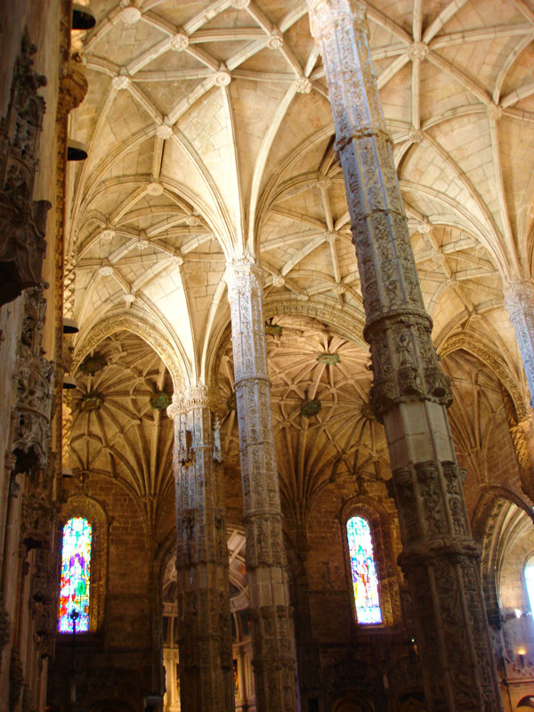 Inside the Jerónimos Monastery, which hosts the tomb of thefamous navigator Vasco da Gama, and is one of the main touristicattractions of Lisbon and a UNESCO World Heritage Site.  (Source: lisbonphotos.net )