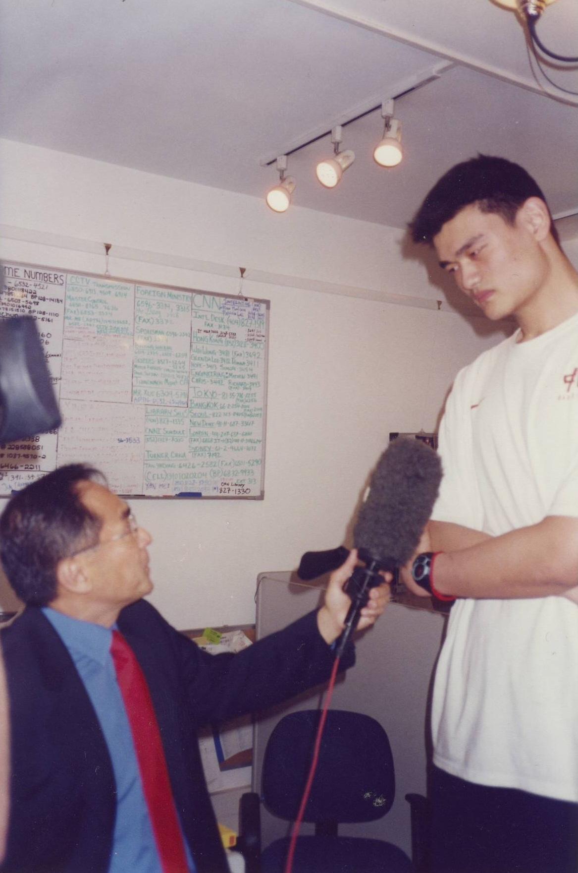FlorCruz interviewing2002 NBANo.1draftpick YaoMing  (Photo courtesy of Jaime FlorCruz)