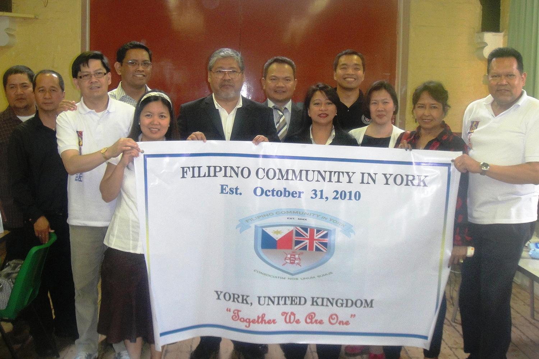 AmbassadorEnrique Manalo(sixth from left) withtheFilipinoCommunityinYorkandembassystaff (Source:philembassy-uk.org)