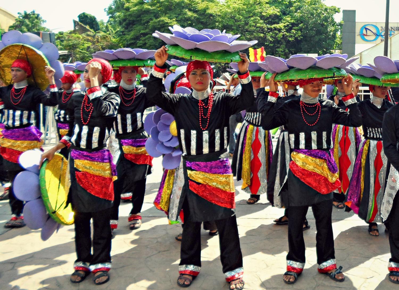 DancersrepresentingZamboanga'sHermosaFestival(heldinhonorofOurLadyofthePillar)preparefortheirfielddemo. (PhotobyMigsBassig)