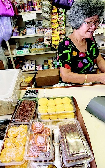 "Lita Domingo of Northstar Deli and Sausage selling ""kakanin"" (sweet rice desserts)  (Photo by Jamm Aquino of Honolulu Pulse)"
