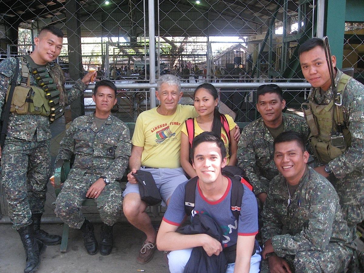 FilipinoMarinesandoverseasvolunteersduringamomentofrelaxationfollowingtheworkingdayatthemedicalmissionsiteinCoron,Palawan. (PhotocourtesyofTiagoVillanueva)