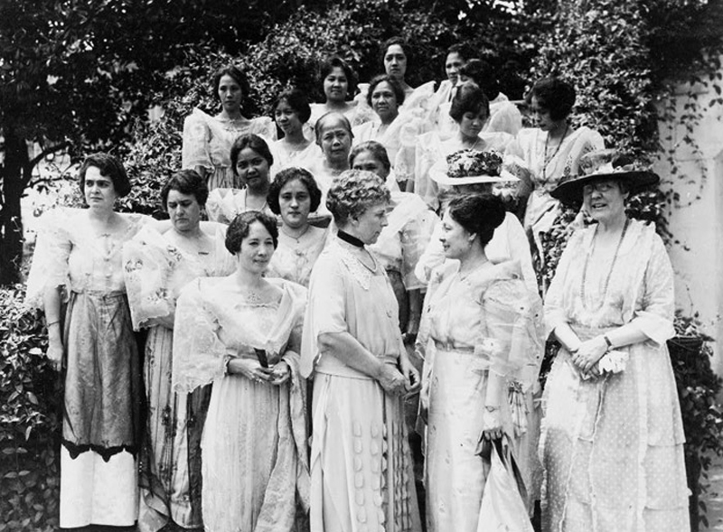 Mrs. De Veyra (front, second from right) with US First Lady Florence Harding  (Source: US Library of Congress)