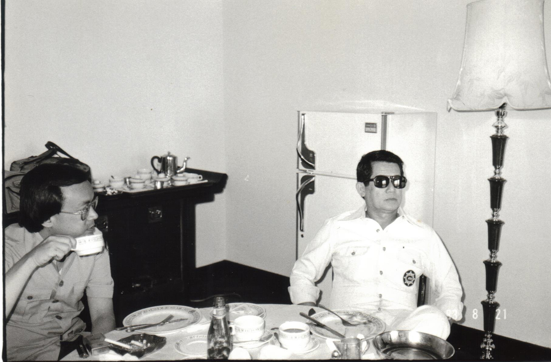 KenKashiwaharaandNinoyAquinohavingbreakfastinTaipeibeforeheadingtoManila,1983 (PhotoscourtesyofKenandLupitaKasiwahara)