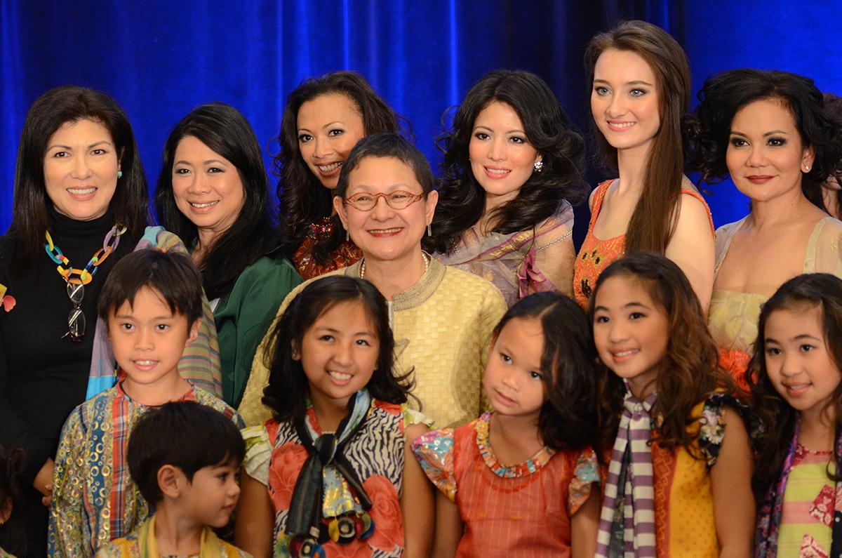 "PatisTesoro(toprow,fourthfromleft)withvolunteersatthePhilippineInternationalAidfashionshowfundraiser""HolidayHauteCoutureXI"" (Source: Philippine International Aid, photo bySampatPhotos)"