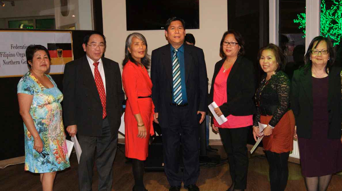 The induction of incoming officers of the Federation of Filipino Organizations in Northern Germany led by their President Corazon Entapa (left).  (Source: www.philippine-embassy.de)