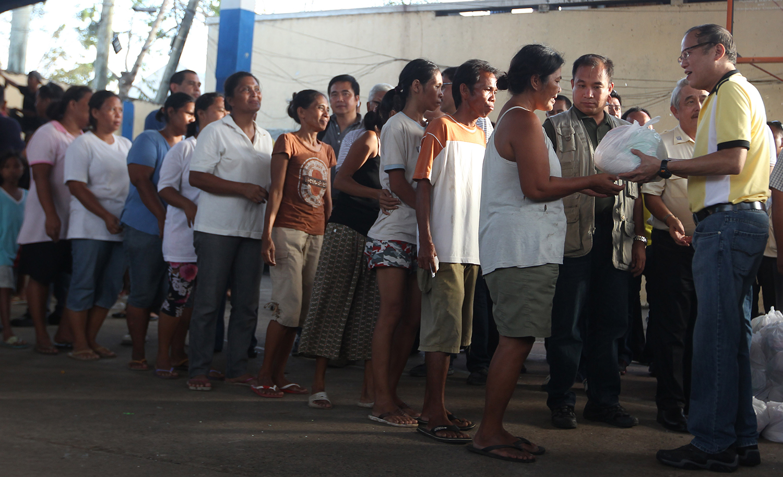President Benigno Aquino III distributing relief goods in Roxas City  (Source: www.gov.ph)
