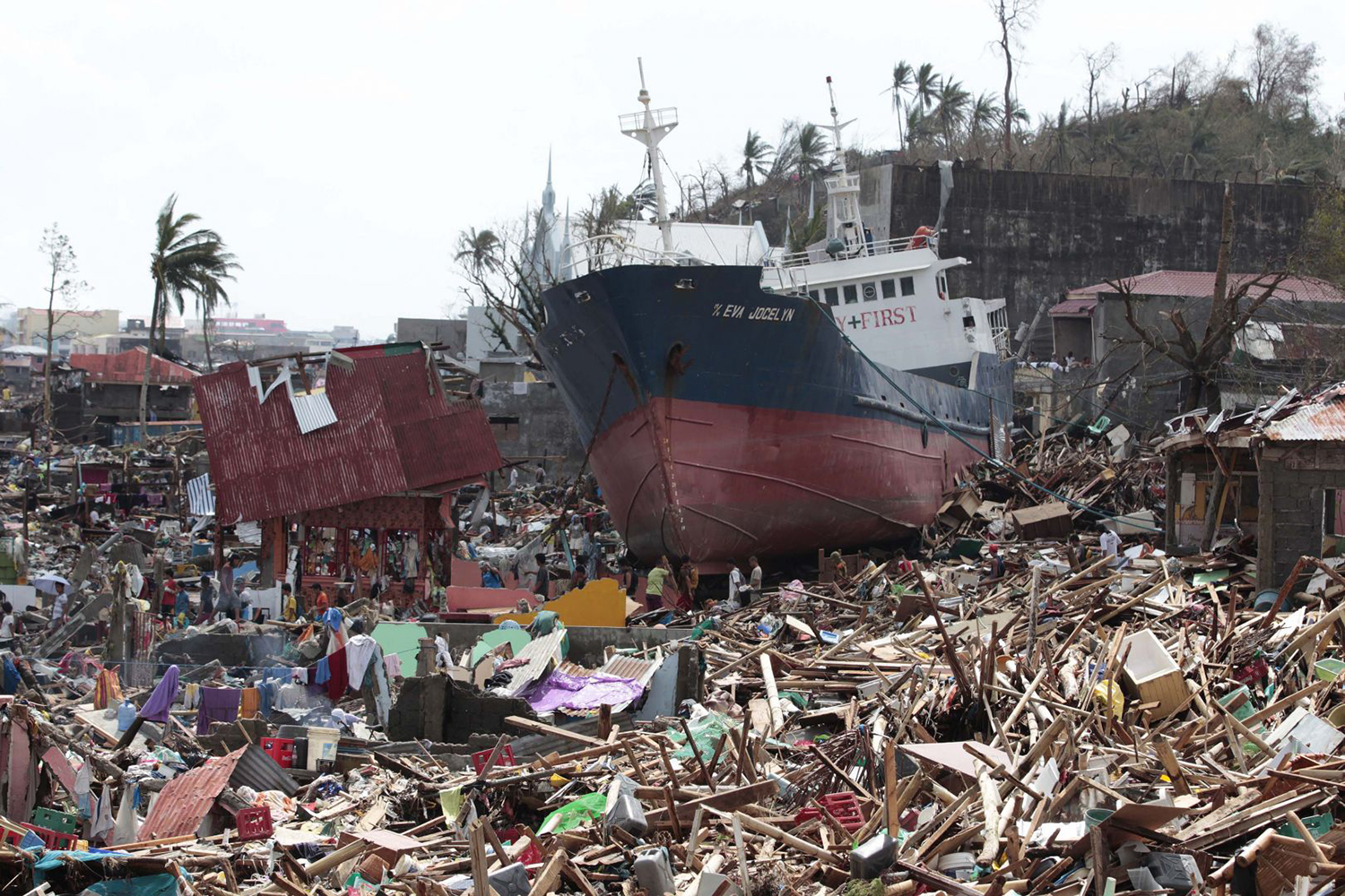 The aftermath of the Typhoon Yolanda (Haiyan) which hit Tacloban, Leyte  (Source: todayonline.com, photo by AP)